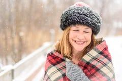 Femme avec l'écharpe dans la neige d'hiver Photos stock