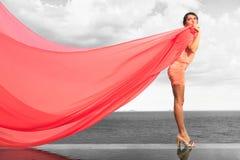 Femme avec l'écharpe rouge Photos stock