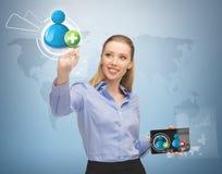 Femme avec l'écran virtuel et les contacts photos libres de droits