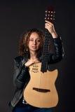 Femme avec l'électro guitare acoustique Image libre de droits