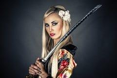 Femme avec l'épée samouraï Photographie stock libre de droits