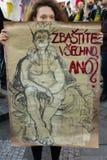Femme avec l'affiche contre Babis assistant à la démonstration sur la place de Prague Wenceslas contre le gouvernement actuel Photo stock