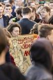 Femme avec l'affiche contre le Président Zeman assistant à la démonstration sur la place 2017 de Prague Wenceslas Image stock