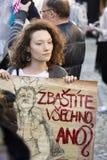 Femme avec l'affiche contre le Président Zeman assistant à la démonstration sur la place 2017 de Prague Wenceslas Images stock