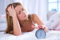 Femme avec l'alarme d'horloge Photo stock