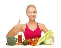 Femme avec l'aliment biologique photo libre de droits