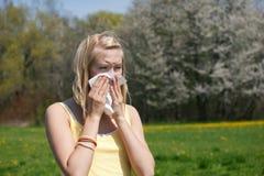 Femme avec l'allergie éternuant photographie stock