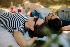 Femme avec l'ami détendant au pique-nique Photos stock