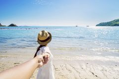 Femme avec l'ami sur la plage Photos libres de droits