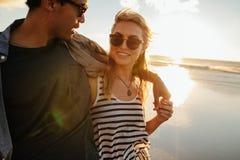 Femme avec l'ami sur la plage Images stock