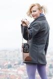 Femme avec l'appareil-photo Photographie stock