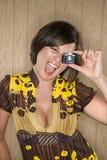 Femme avec l'appareil-photo de jouet. Photo stock