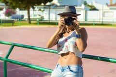 Femme avec l'appareil-photo de photo photographie stock libre de droits