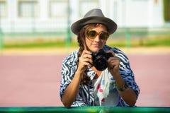 Femme avec l'appareil-photo de photo photos libres de droits