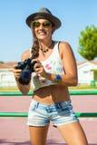 Femme avec l'appareil-photo de photo image stock