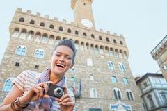 Femme avec l'appareil-photo devant le vecchio de palazzo Images stock