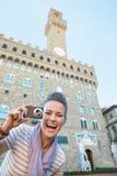 Femme avec l'appareil-photo devant le vecchio de palazzo Photos libres de droits