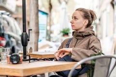 Femme avec l'appareil-photo en café extérieur Barcelone, Catalogne Image stock