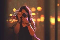 Femme avec l'appareil-photo sur le fond de ville de nuit illustration de vecteur