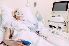 Femme avec l'appui respiratoire suivant le traitement à l'hôpital Photos libres de droits