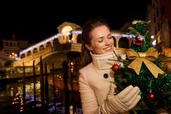 Femme avec l'arbre de Noël près du pont de Rialto à Venise, Italie Image libre de droits