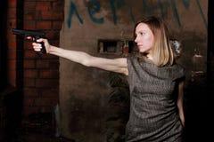 Femme avec l'arme à feu, nuit, extérieure Photographie stock libre de droits