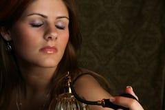 Femme avec l'atomiseur de parfum photographie stock