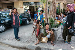 Femme avec l'enfant dans des ses bras La rue, plusieurs sont dety et des femmes image libre de droits