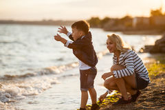 Femme avec l'enfant sur la plage Photos libres de droits