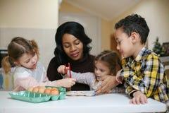 Femme avec l'enfant trois Femme d'afro-américain avec l'enfant trois Photos stock