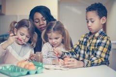 Femme avec l'enfant trois Femme d'afro-américain avec l'enfant trois Image stock
