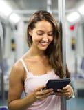 Femme avec l'ereader dans le métro Photos stock