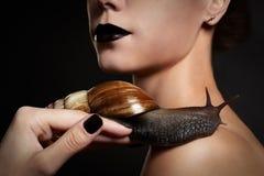 Femme avec l'escargot. Mode. Gothique Image stock
