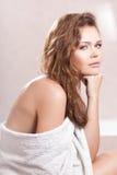 Femme avec l'essuie-main blanc photographie stock