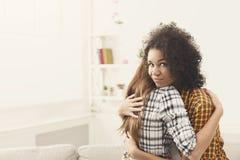 Femme avec l'expression du visage astucieuse embrassant le lfriend Photos stock
