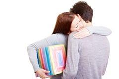 Femme avec l'homme de embrassement de cadeau Photo libre de droits