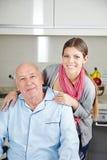 Femme avec l'homme supérieur dans le fauteuil roulant Photographie stock