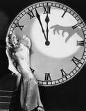 Femme avec l'horloge énorme reculant de la main effrayante (toutes les personnes représentées ne sont pas plus long vivantes et a Photos stock