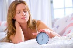 Femme avec l'horloge d'alarme Photographie stock libre de droits