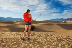 Femme avec l'image de prise de bâton de selfie dans Death Valley Photographie stock