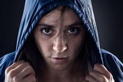 Femme avec l'imperméable Photographie stock