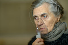 Femme avec l'inhalation de grippe Photos libres de droits
