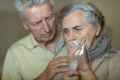 Femme avec l'inhalation de grippe Photographie stock libre de droits