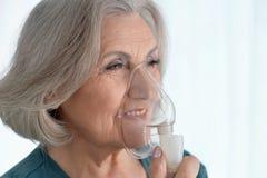 Femme avec l'inhalation de grippe Images stock