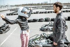 Femme avec l'instructeur sur la voie de kart photos stock