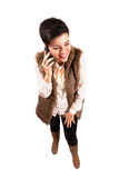 Femme avec l'oeil fermé riant au téléphone portable Photo libre de droits