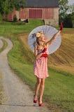 Femme avec l'ondulation de parapluie Images libres de droits