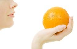 Femme avec l'orange Photos stock