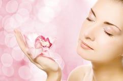 Femme avec l'orchidée rose Photographie stock libre de droits