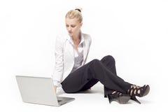 Femme avec l'ordinateur Image stock